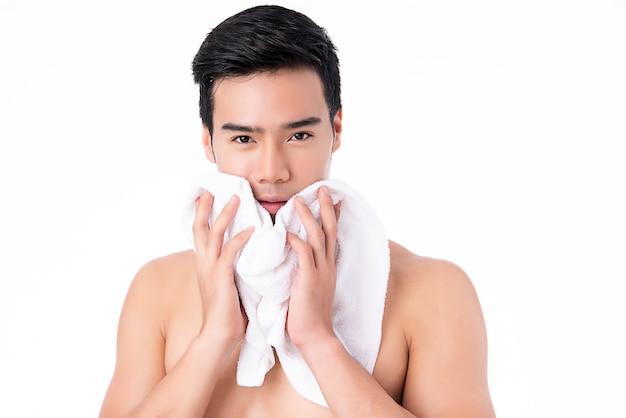 Porträt des hübschen jungen asiatischen mannes lokalisiert. konzept der gesundheit und schönheit von männern, selbstpflege, körper- und hautpflege.