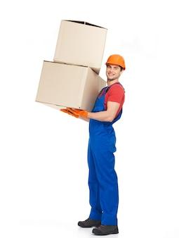 Porträt des hübschen jungen lieferboten mit papierboxen lokalisiert auf weiß