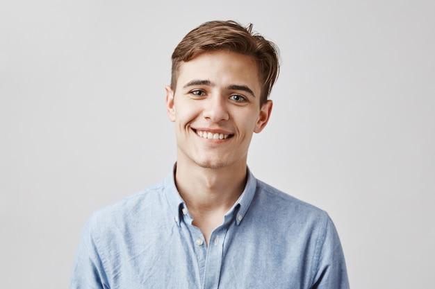 Porträt des hübschen jungen mannes, der aufwirft