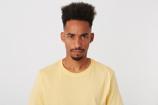 Porträt des hübschen jungen mannes