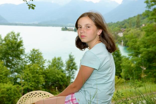 Porträt des hübschen jungen teenagers im freien