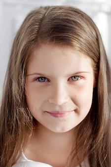 Porträt des hübschen kleinen gefühlsmädchens. clouse up bild von schönen lächelnden mädchen
