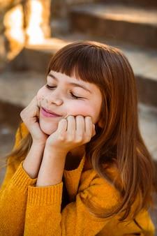 Porträt des hübschen kleinen mädchens, das sich langweilt