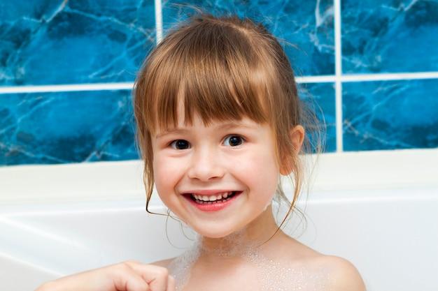 Porträt des hübschen kleinen mädchens im bad. hygienekonzept.