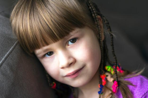 Porträt des hübschen kleinen mädchens mit kleinen borten