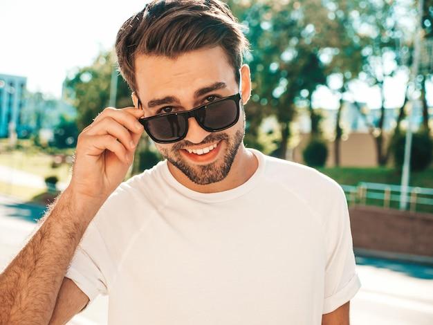 Porträt des hübschen lächelnden stilvollen hipster lambersexual modells