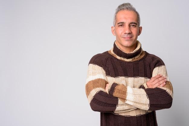 Porträt des hübschen persischen mannes mit verschränkten armen bereit für den winter