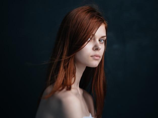 Porträt des hübschen rothaarigen frauenmodells