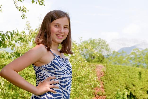 Porträt des hübschen schönen jungen teenagers