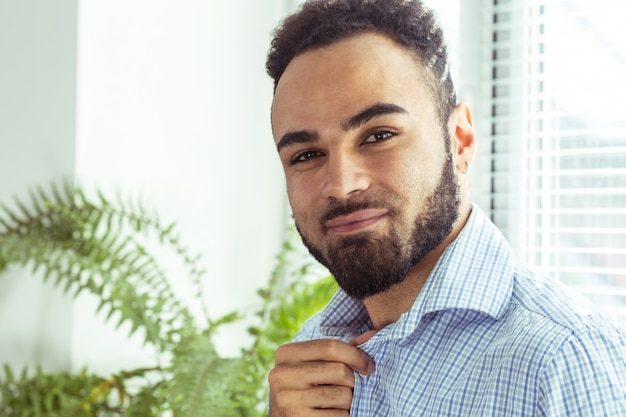 Porträt des hübschen schwarzafrikaneramerikanermannes