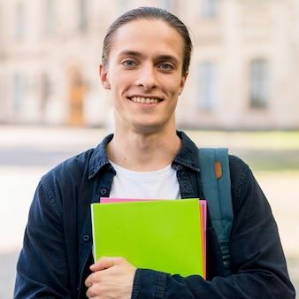 Porträt des hübschen studenten lächelnd