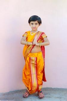 Porträt des indischen kleinen mädchens mit einladender pose
