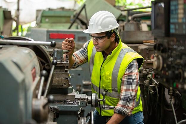 Porträt des ingenieurs des fertigungspersonals in der produktion der fabrik