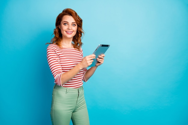 Porträt des inhalts niedlich süßes mädchen arbeitstablette rest entspannen lesen social media nachrichten verwenden anwendung tragen gut aussehen pullover isoliert über blaue farbe