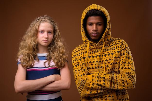 Porträt des jungen afrikanischen mannes und des kaukasischen teenager-mädchens