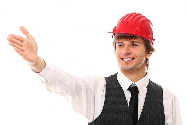 Porträt des jungen arbeiters mit industriehelm