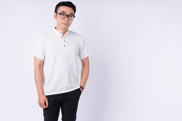 Porträt des jungen asiatischen mannes auf weißem hintergrund