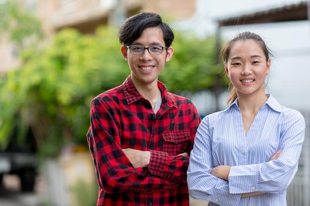 Porträt des jungen asiatischen paares in den straßen draußen