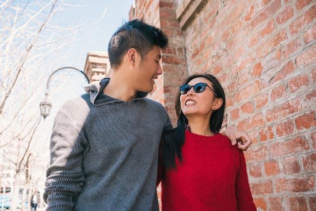 Porträt des jungen asiatischen paares in der liebe, die in der stadt geht und gute zeit zusammen hat. liebeskonzept.