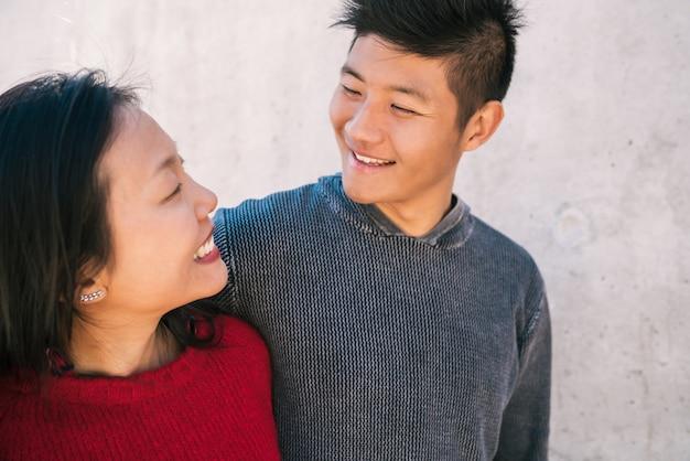 Porträt des jungen asiatischen paares in der liebe, die umarmt und gute zeit zusammen hat. liebeskonzept.