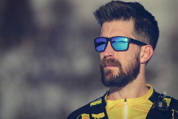 Porträt des jungen athletenmannes mit bart und sportbrille