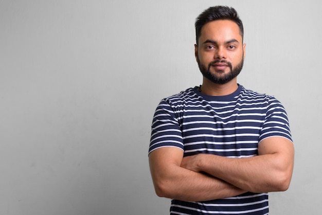 Porträt des jungen bärtigen indischen mannes auf weiß