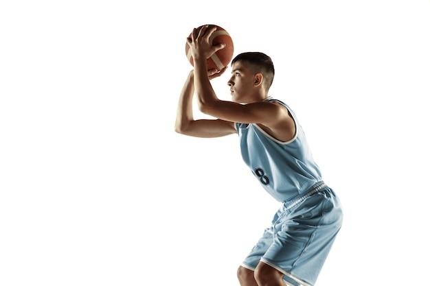 Porträt des jungen basketballspielers in voller länge mit einem ball, der auf leerraum lokalisiert wird