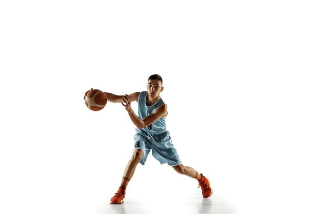 Porträt des jungen basketballspielers in voller länge mit einem ball lokalisiert auf weißem studiohintergrund. teenager trainieren und üben in aktion, bewegung. konzept von sport, bewegung, gesundem lebensstil, anzeige.