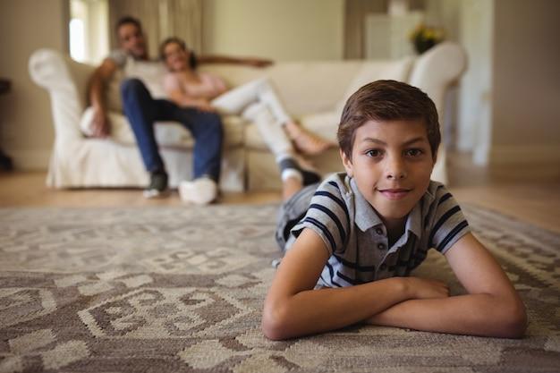 Porträt des jungen, der im wohnzimmer liegt