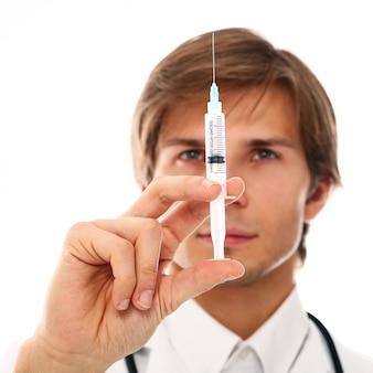 Porträt des jungen doktormannes mit spritze
