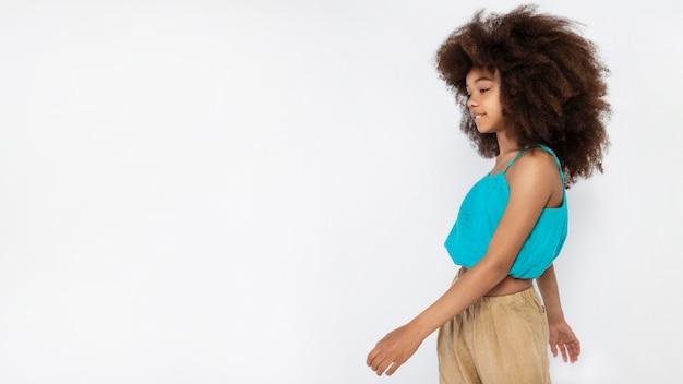 Porträt des jungen entzückenden mädchens mit afro