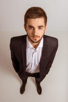 Porträt des jungen erfolgreichen geschäftsmannes in einem anzug.