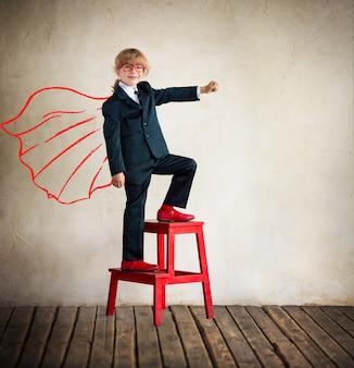 Porträt des jungen geschäftsfrau-superhelden im modernen loft-büroerfolg kreativ und innovativ