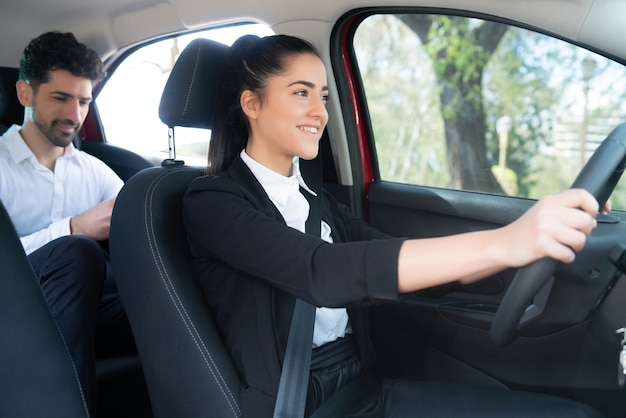 Porträt des jungen geschäftsmannes auf dem weg zur arbeit in einem taxi
