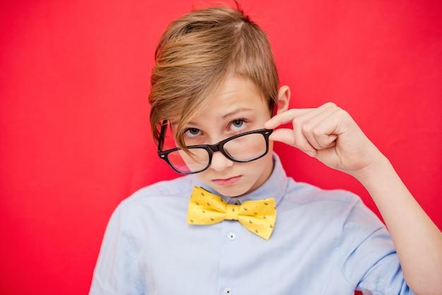 Porträt des jungen geschäftsmannes des jungen in einem hemd und in einer brille. erfolgreicher teenager