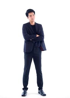 Porträt des jungen geschäftsmannes im schwarzen anzug auf weißer wand
