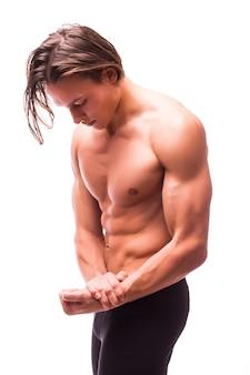Porträt des jungen gutaussehenden athletischen mannes mit dem perfekten ausziehen der bauchmuskeln