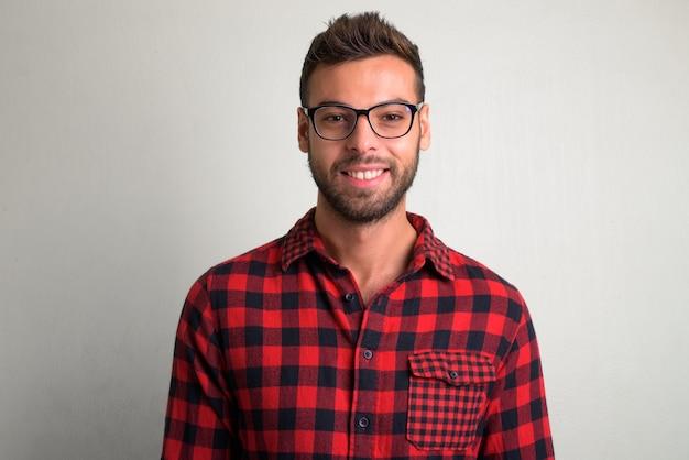 Porträt des jungen gutaussehenden bärtigen hipster-mannes auf weiß