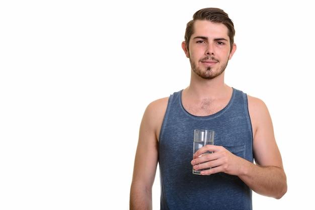 Porträt des jungen gutaussehenden bärtigen mannes bereit für turnhalle
