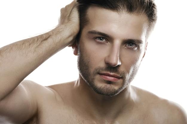 Porträt des jungen gutaussehenden mannes auf weißem hintergrund