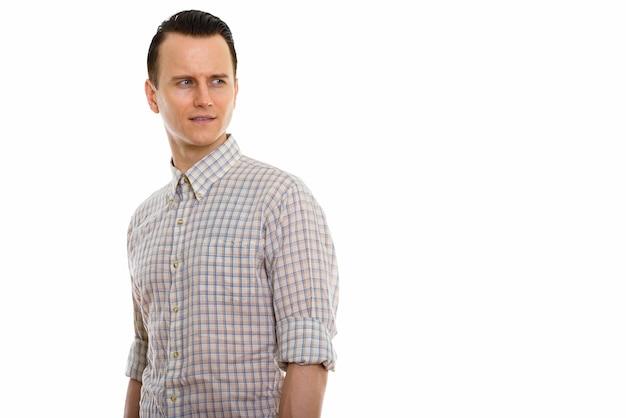 Porträt des jungen gutaussehenden mannes in der intelligenten freizeitkleidung