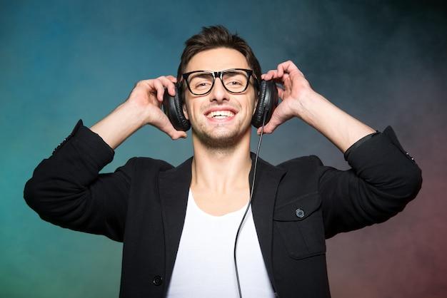 Porträt des jungen gutaussehenden mannes mit kopfhörern