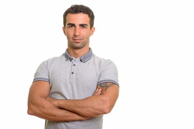 Porträt des jungen gutaussehenden persischen mannes gegen weiße wand