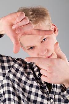 Porträt des jungen hübschen kerls, der ein foto macht