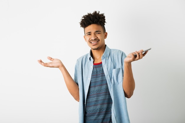 Porträt des jungen hübschen schwarzen mannes auf weiß