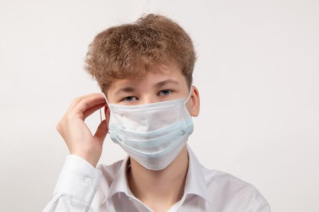 Porträt des jungen in der medizinischen schutzmaske