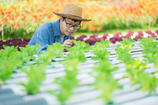 Porträt des jungen intelligenten landwirts, der digitalen tablet-computer zur inspektion verwendet