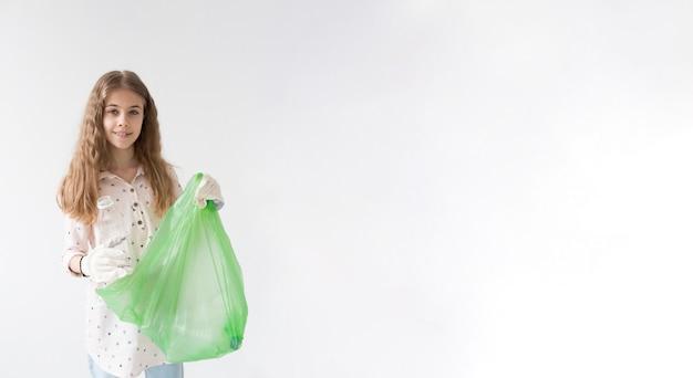 Porträt des jungen mädchens, das plastiktüte hält