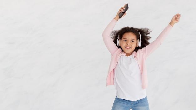 Porträt des jungen mädchens, das zu hause tanzt