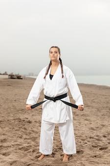 Porträt des jungen mädchens im karatekostüm